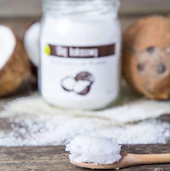 olej kokosowy na drewnianej łyżce